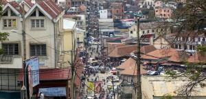 Ein Blick in die belebten Straßen von Antananarivo in Madagaskar