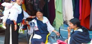 Traditionelles Kunsthandwerk auf dem Markt von Otavalo in Ecuador in Ecuador