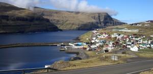 Panoramaansicht auf eine Küstenstadt der Färöer in Färöer