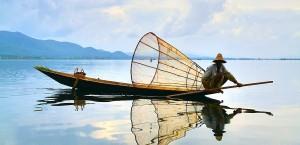 Ein Fischer in Myanmar bei der Arbeit in Myanmar