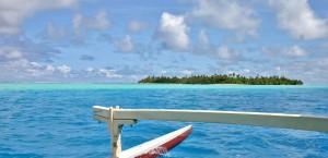 Sicht vom Meer aus auf Huahine in Französisch-Polynesien in Französisch-Polynesien