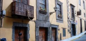 Für Gran Canaria typische Häuserfronten in Gran Canaria