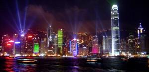 Lightshow im nächtlichen Hafen von Hongkong in Hongkong