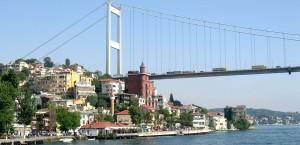 Eine der Brücken in Istanbul, die den Bosborus überspannen in Istanbul