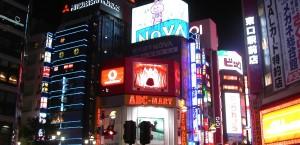 Der Viertel Shinjuku in Tokio bei Nacht in Japan