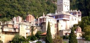 Eine der Klosteranlagen zwischen den Felsen vom Berg Athos in Athos
