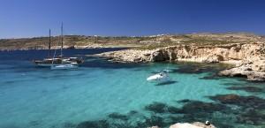 Typisches türkises Wasser an der Küste von Malta in Malta