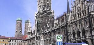 Der Marienplatz mit Rathaus in München in München