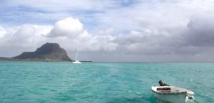Blick auf die Insel Mauritius vom Meer aus in Mauritius