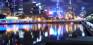 Blick auf das nächtliche Melbourne in Melbourne