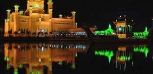 Die Sultan-Omar-Ali-Saifuddin-Moschee in Brunei bei Nacht in Brunei