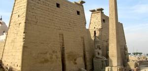 Der noch verbleibende Obelisk beim Tempel von Luxor in Luxor