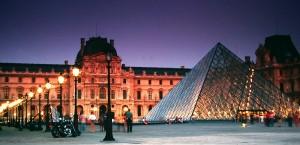 Der Louvre in Paris, mit seiner berühmten Glaspyramide im Innenhof in Paris