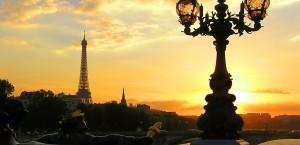 Abendpanorama auf Paris von der Pont Alexandre III in Paris