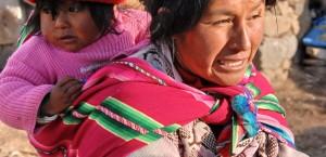Frau mit Kind in der traditionellen, bunten Tracht Perus in Peru