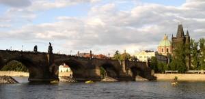 Die berühmte Karlsbrücke vom Ufer aus gesehen in Prag