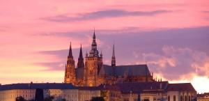 Blick auf die Prager Burg bei Sonnenuntergang in Prag