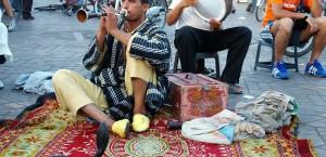 Ein Schlangenbeschwörer auf dem Djemaa en Fna in Marrakech