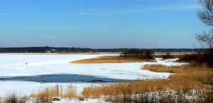Zugefrorener See in Litauen in Lettland