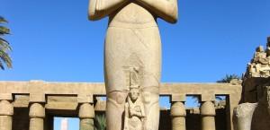 Eine der Statuen am Tempel von Karnak bei Luxor in Luxor