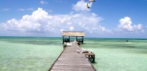 Ein Kitesurfer am Strand von Kuba in Kuba