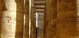 Ein Säulengang im Tempel von Karnak bei Luxor in Luxor