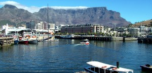 Die Waterfront von Kapstadt, im Hintergrund der Table Mountain in Kapstadt